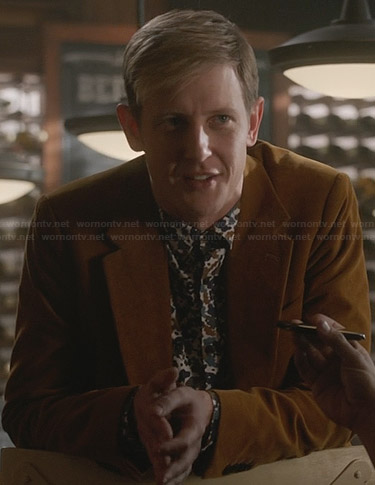 Nolan's floral print shirt and tan blazer on Revenge