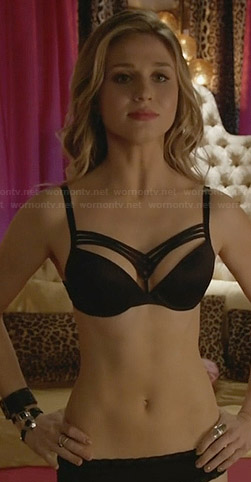 Amy's black bra on Faking It