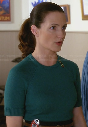 Ginny's green zip-shoulder sweater on Bad Teacher