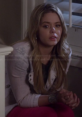 Ali's pink jeans and acid wash denim jacket on Pretty Little Liars