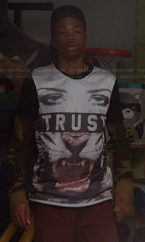 "Dash's ""Trust"" tiger tee on Red Band Society"