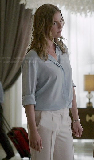Emily's light blue button down blouse and white seam front pants on Revenge
