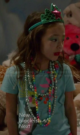 Lily's blue parrot tee on Modern Family