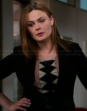 Brennan's printed top and black triangle necklace on Bones