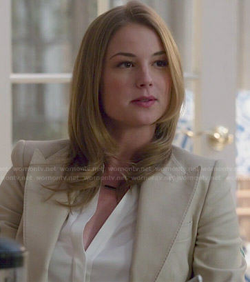 Emily's beige pointed lapel blazer on Revenge