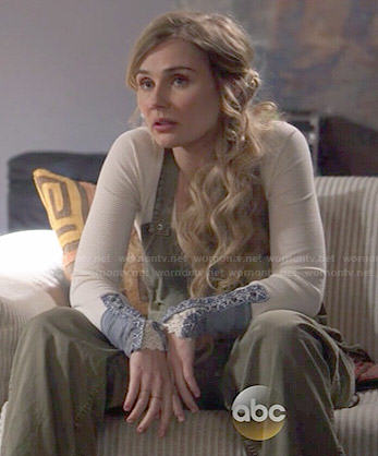 Scarlett's green overalls and white long sleeved top with blue cuffs on Nashville