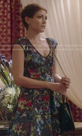 April's floral printed v-neck dress on Chasing Life