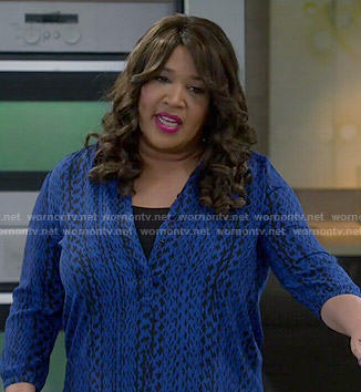 Yolanda's blue printed blouse on Young and Hungry