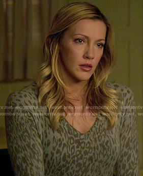 Laurel's grey leopard print sweater on Arrow