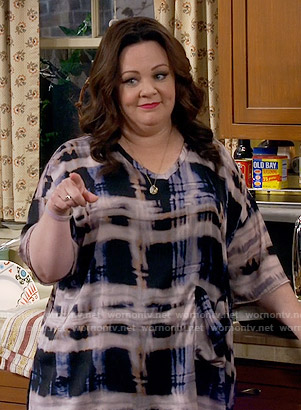 Molly's abstract print v-neck top on Mike and Molly