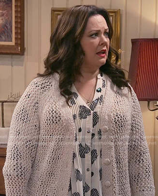 Molly's white heart print top and cream cardigan on Mike and Molly