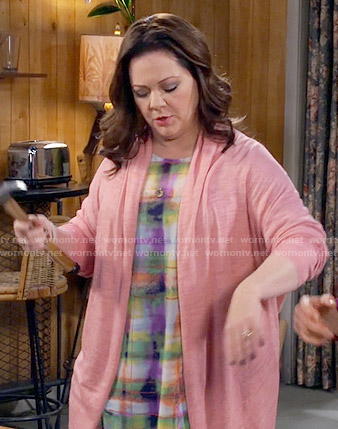 Molly's multi colored plaid top on Mike and Molly