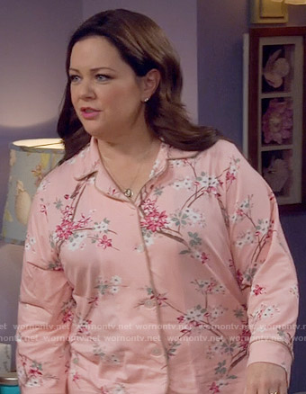 Molly's pink floral pajamas on Mike and Molly