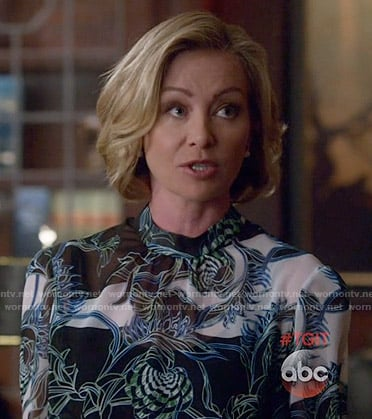 Elizabeth's printed blouse on Scandal