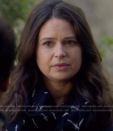 Quinn's black dagger print scarf on Scandal