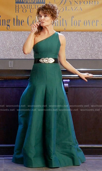 Evelyn's green one shoulder gown on Devious Maids