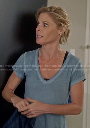 Claire's blue v-neck tee on Modern Family