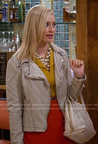 Caroline's beige leather jacket and white quilted bag on 2 Broke Girls