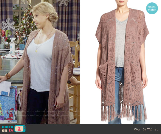 Hinge Open Knit Fringe Long Cardigan worn by Jodie Sweetin on Fuller House