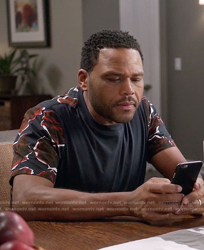 Andre's t-shirt with rose print sleeves on Black-ish