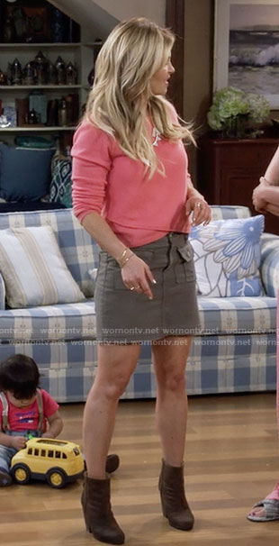 DJ's pink sweater and cargo skirt on Fuller House