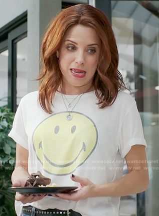 Jo's smiley face tee on Girlfriends Guide to Divorce