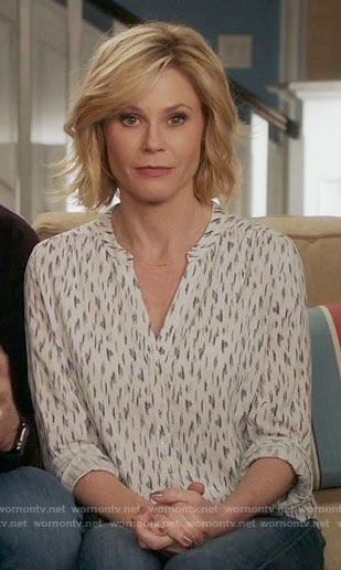 Claire's white printed v-neck top on Modern Family
