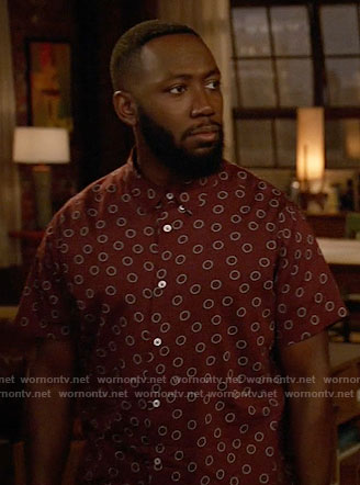 Winston's burgundy circle print shirt on New Girl