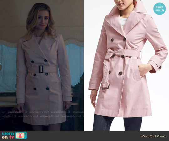 Banana Republic Belted Mac Trench in Dusty Pink worn by Betty Cooper (Lili Reinhart) on Riverdale