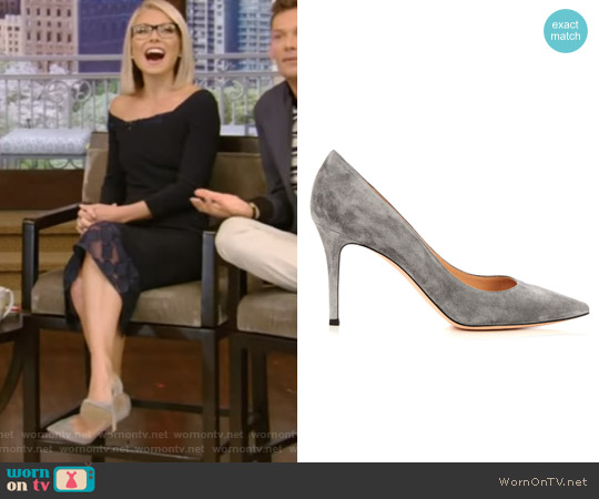 Gianvito point-toe suede pumps by Gianvito Rossi worn by Kelly Ripa on Live with Kelly & Ryan
