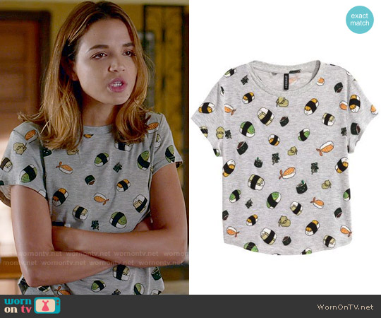 H&M T-shirt with Printed Design in Gray/Sushi worn by Cassandra (Georgie Flores) on Famous in Love