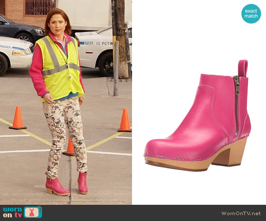 Swedish Hasbeens Zip IT Emy Ankle boot in Pink worn by Ellie Kemper on Unbreakable Kimmy Schmidt