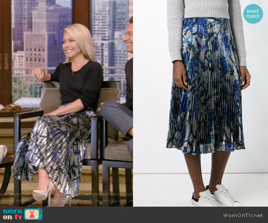 lamé pleated skirt by Christopher Kane worn by Kelly Ripa (Kelly Ripa) on Live with Kelly & Ryan