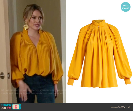 Tibi Pleated silk crepe de Chine top worn by Kelsey Peters (Hilary Duff) on Younger