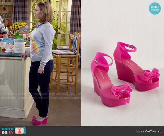 ModCloth A Joy to Be Bold Wedge in Fuchsia worn by Andrea Barber on Fuller House