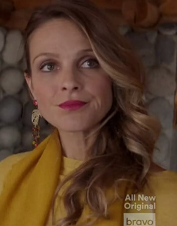 Phoebe's earrings on Girlfriends Guide to Divorce
