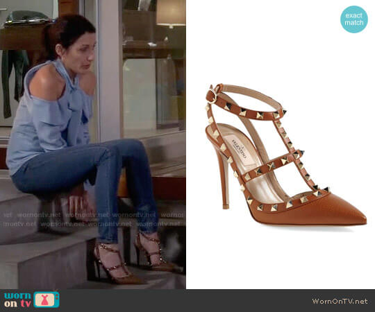 Valentino Rockstud Pumps worn by Lisa Edelstein on GG2D