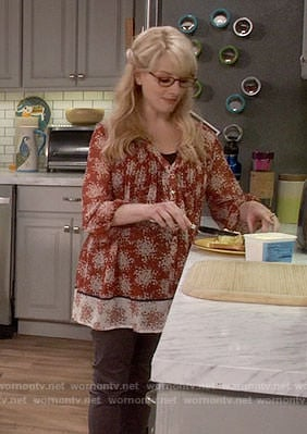 Bernadette's red floral maternity tunic on The Big Bang Theory