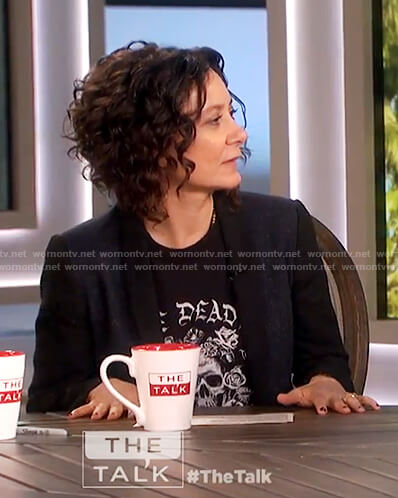 Sara's black skull print t-shirt on The Talk