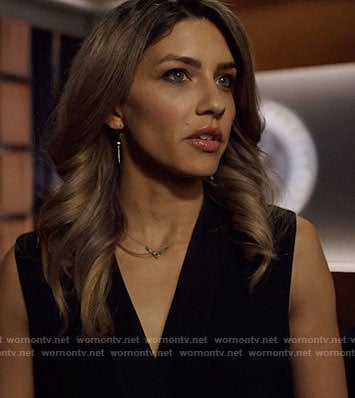 Dinah's v necklace on Arrow