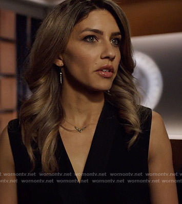 Dinah's v necklace and spike earrings on Arrow