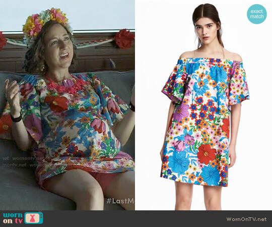 H&M Off-the-shoulder Dress in White / Floral worn by Carol Pilbasian (Kristen Schaal) on Last Man On Earth