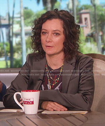 Sara's black printed tee on The Talk