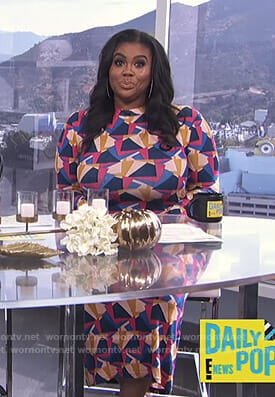 Nina Parker's geometric print long sleeve dress on E! News Nightly Pop