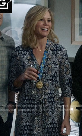 Claire's blue printed Thanksgiving dress on Modern Family