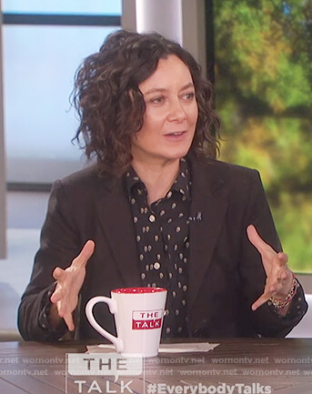 Sara's black skull print top on The Talk