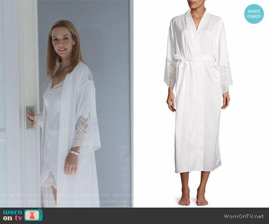 Ivy Lace-Trimmed Robe by Flora Nikrooz worn by Leslie Dean (Annie Wersching) on Marvels Runaways