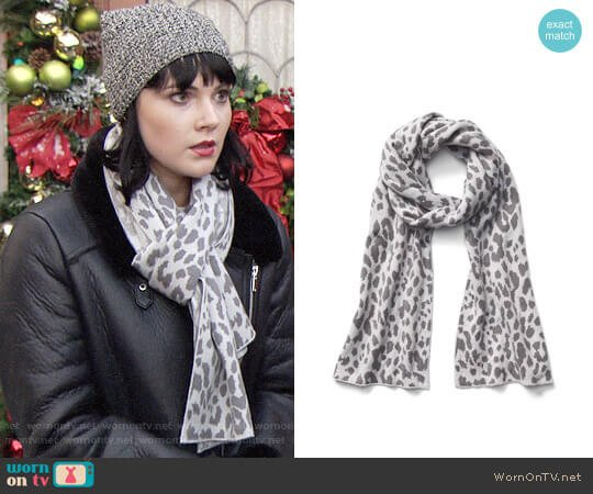 Gap Cozy Leopard Scarf worn by Tessa Porter (Cait Fairbanks) on The Young & the Restless