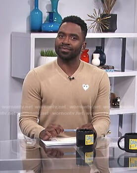 Justin's beige v-neck sweater on E! News Daily Pop