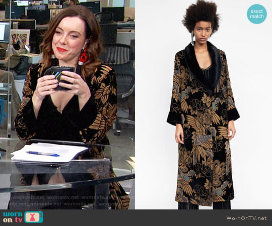 Zara Devore Velvet Kimono worn by Melanie Bromley on E! News